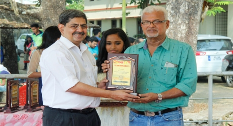 memento to Dr Tony Daniel Vice President Athletics Federation of India,Guest